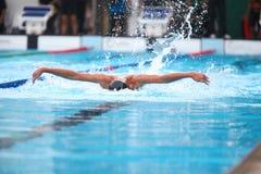 Fondo borroso del agua del descenso del chapoteo en la raza de la natación con swi Foto de archivo