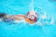 Fondo borroso del agua del descenso del chapoteo en la raza de la natación con swi Foto de archivo libre de regalías