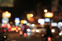 Fondo borroso del camino con los coches de itinerancia en la noche Imagenes de archivo