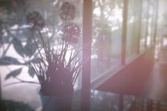 Fondo borroso en sala de estar con el vidrio de la ventana Imagen de archivo libre de regalías