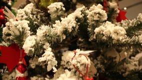 Fondo borroso extracto de la alameda de compras con el árbol de navidad almacen de metraje de vídeo