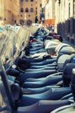 Fondo borroso parqueado vespas de los ciclomotores en fila - Fotografía de archivo libre de regalías