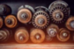 Fondo borroso técnico Engranajes y bobinas del generador imagenes de archivo