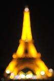 Fondo borroso: Torre Eiffel en la noche Foto de archivo