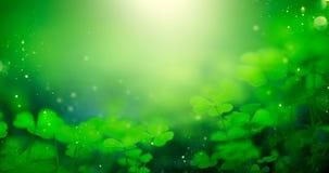 Fondo borroso verde del día de St Patrick con las hojas del trébol Patrick Day Diseño abstracto del arte de la frontera Trébol má fotografía de archivo