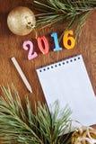 Fondo brillante con la libreta en blanco sobre la Feliz Año Nuevo 2016 Foto de archivo libre de regalías