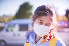 Fondo brillante de la máscara del adolescente que lleva japonés Fotos de archivo libres de regalías