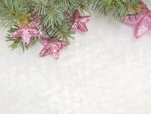 Fondo brillante de la Navidad con los ornamentos y el árbol de abeto Foto de archivo libre de regalías