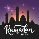 Fondo brillante della cartolina d'auguri di Ramadan Kareem con la luna, le lanterne, l'iscrizione e la moschea Illustrazione di v Fotografia Stock Libera da Diritti