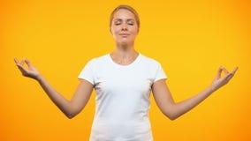 Fondo brillante que reflexiona sobre femenino relajado, técnicas de la yoga, concentración metrajes