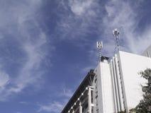 fondo brillante y edificio del cielo azul Imagen de archivo libre de regalías