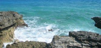 Fondo caraibico della spiaggia con le rocce della lava Fotografia Stock