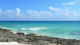 Fondo caraibico della spiaggia con le rocce della lava Fotografie Stock Libere da Diritti