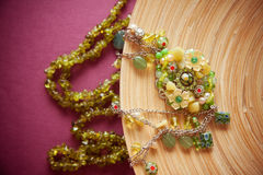 Fondo carmesí con los accesorios verdes Foto de archivo