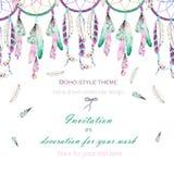 Fondo, cartolina del modello con i dreamcatchers dell'acquerello e piume nell'aria, disegnata a mano su un fondo bianco illustrazione vettoriale