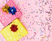 Fondo celebratorio con i contenitori ed i coriandoli di regalo di colore Immagini Stock Libere da Diritti