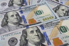 Fondo, cento banconote in dollari sul primo piano della tavola Fotografia Stock Libera da Diritti
