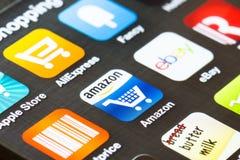 Fondo cercano para arriba de apps de las compras en un smartphone Foto de archivo libre de regalías