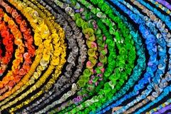 Fondo che consiste di un gran numero di collane multicolori Immagine Stock
