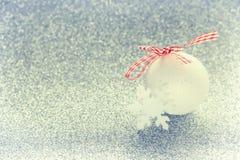 Fondo chispeante de la Navidad, bola blanca Foto de archivo