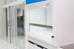 Fondo científico: interior moderno del laboratorio desenfocado, Imágenes de archivo libres de regalías