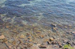 Fondo claro de agua de mar Foto de archivo libre de regalías
