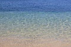 Fondo claro de agua de mar, textura natural azul fotos de archivo
