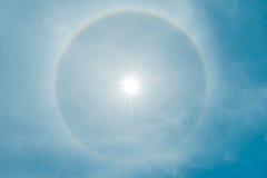Fondo claro de cielo azul, nubes con el fondo foto de archivo