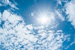 Fondo claro de cielo azul, nubes con el fondo imagenes de archivo