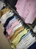 Fondo colgante colorido de las camisas imagenes de archivo