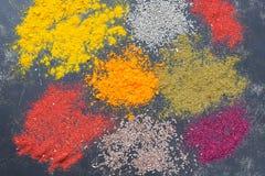 Fondo colorido brillante de diversas especias La visión desde la tapa Imágenes de archivo libres de regalías