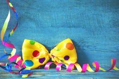 Fondo colorido con la corbata de lazo y flámulas en el pl de madera azul Imagen de archivo