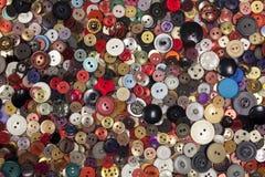 Fondo colorido cubierto en hundreads de botones Foto de archivo