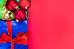 Fondo colorido de la Navidad adornado con las cajas y la costilla de regalo Imagenes de archivo