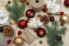 Fondo colorido de la Navidad con las cajas de regalo Estilo de Eco Bolas rojas Endecha plana Ramas del abeto, Pinecones Fotografía de archivo libre de regalías