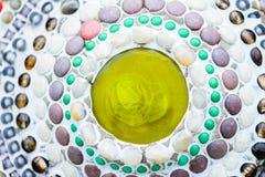 Fondo colorido de la pared de cerámica y de vitral en el phra t del wat fotos de archivo