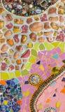 Fondo colorido de la pared de cerámica y de vitral en el phra t del wat Foto de archivo