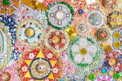 Fondo colorido de la pared de cerámica y de vitral en el phra t del wat Imágenes de archivo libres de regalías