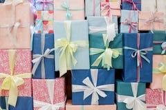 Fondo colorido de las cajas de regalo foto de archivo