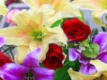 Fondo colorido de las flores artificiales Fotos de archivo libres de regalías