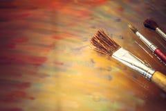 Fondo colorido de las pinturas de las brochas creativas del arte Fotos de archivo