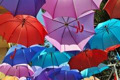 Fondo colorido de los paraguas Paraguas coloridos en el cielo Decoración de la calle Foto de archivo libre de regalías