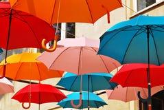 Fondo colorido de los paraguas Paraguas coloridos en el cielo Decoración de la calle Fotografía de archivo