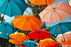 Fondo colorido de los paraguas Paraguas coloridos en el cielo Decoración de la calle Imagen de archivo