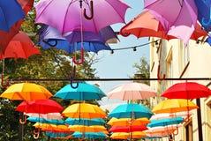 Fondo colorido de los paraguas Paraguas coloridos en el cielo Decoración de la calle Imagenes de archivo