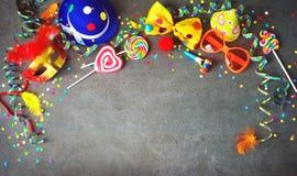 Fondo colorido del cumpleaños o del carnaval imagen de archivo