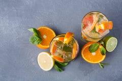 Fondo colorido del verano con las bebidas y las frutas de la fruta cítrica Foto de archivo libre de regalías