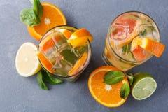 Fondo colorido del verano con las bebidas y las frutas de la fruta cítrica Imagen de archivo libre de regalías