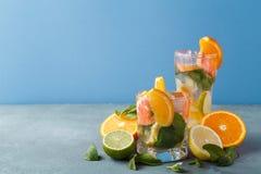 Fondo colorido del verano con las bebidas y las frutas de la fruta cítrica Fotos de archivo libres de regalías