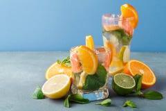 Fondo colorido del verano con las bebidas y las frutas de la fruta cítrica Imágenes de archivo libres de regalías